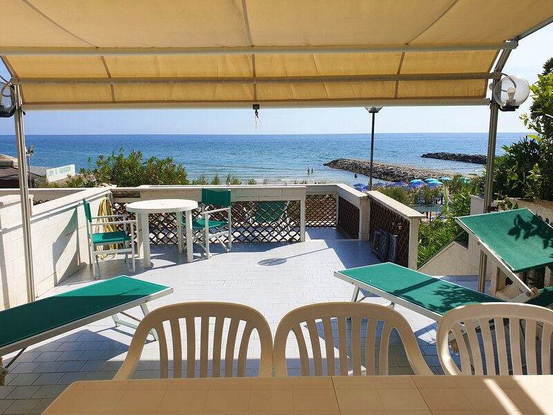 LA VILLA FRONTE SPIAGGIA BANDIERA BLU, vacation rental in Sperlonga