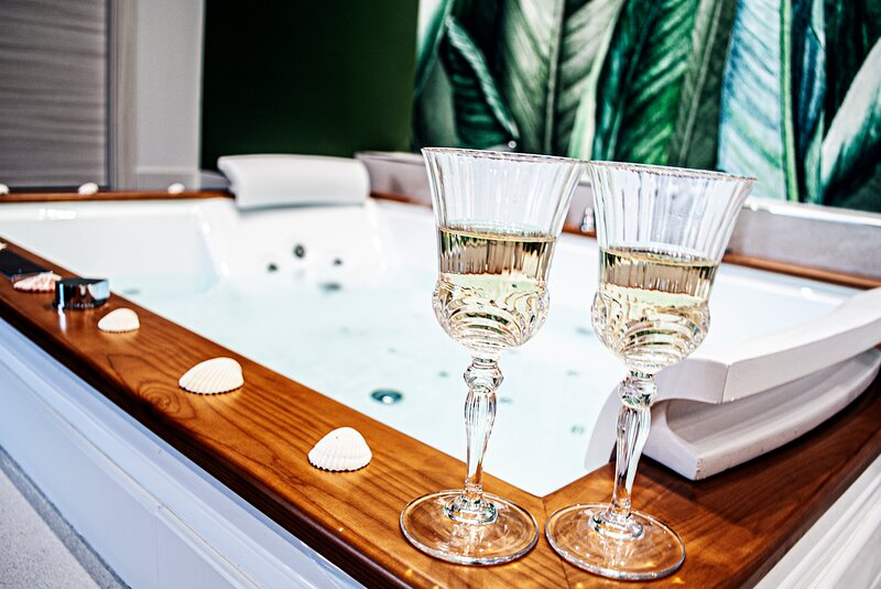 Suite con vasca idromassaggio 'BREZZA MARINA'- Villa La Perla Sul Mare, holiday rental in Marina di Pulsano