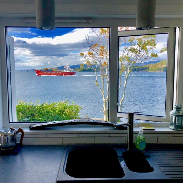 The Anchorage, Kyleakin, Isle of Skye - right on the water's edge!, vacation rental in Drumbuie