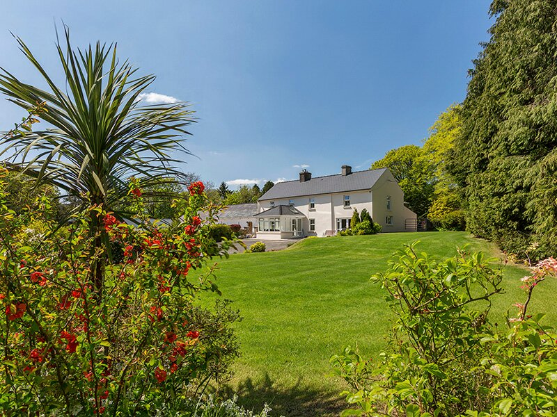 CURRADOON HOUSE, detached farmhouse, solid fuel stove, sun room, parking, holiday rental in Lismore