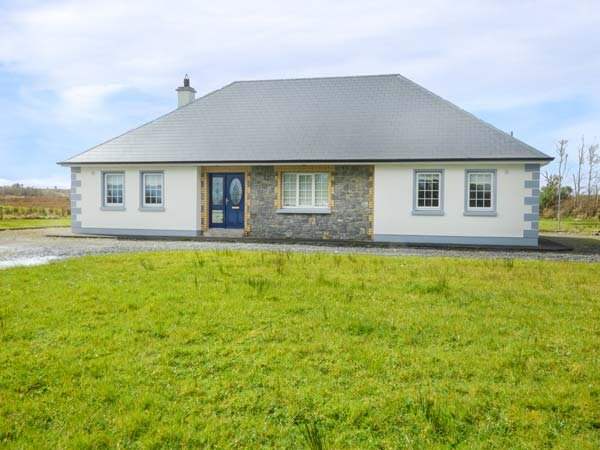 CUILMORE HOUSE, ground floor detached cottage, lawned gardens, near Gorteen Co, vacation rental in County Sligo