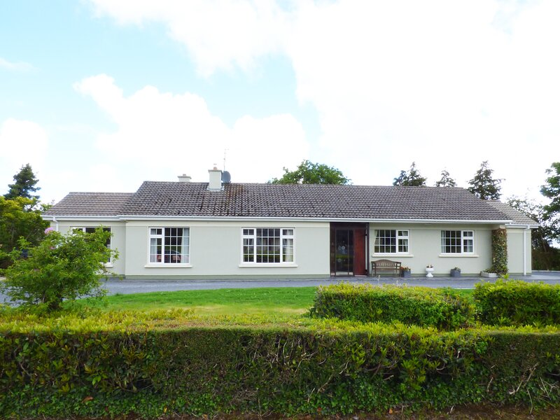 GAP OF DUNLOE, detached, open fire, off road parking, garden, near Beaufort, vacation rental in Glencar
