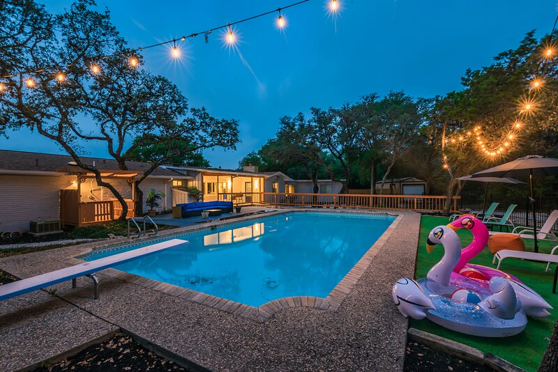 Luxury Vacation House w/Pool, Private Yard & BBQ area. 5 minutes to Fiesta Texas, holiday rental in San Antonio
