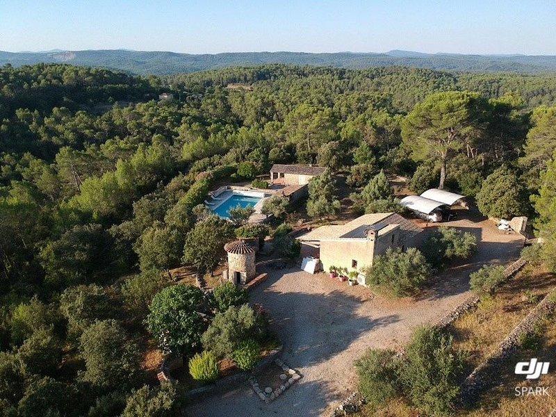 Havre de paix... lavande, oliviers et cigales sont vos voisins..., holiday rental in Entrecasteaux