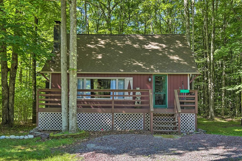 NEW! Quaint Lake Cottage w/ Pool + Beach Access!, holiday rental in Thornhurst