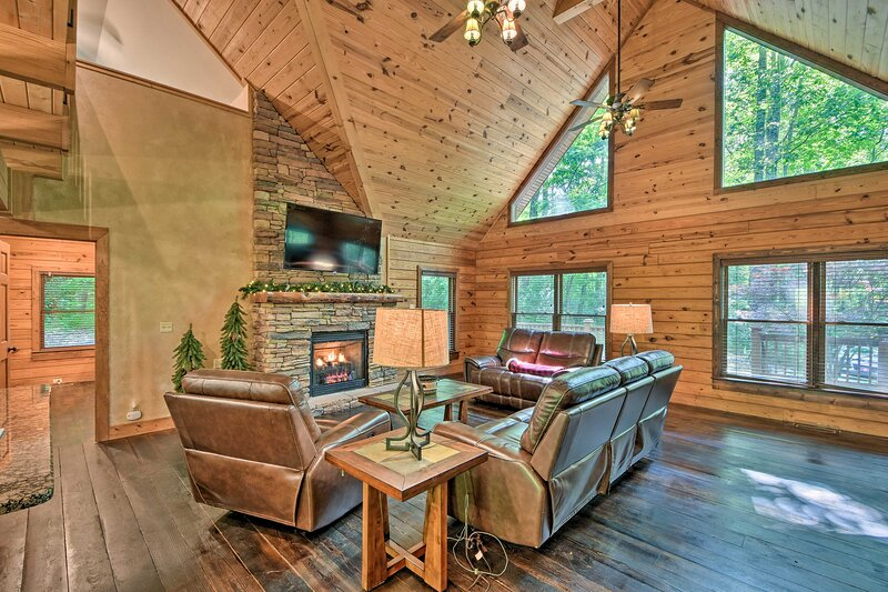 Log Cabin w/ Resort-Style Hot Tub: 5 Mi to Skiing!, holiday rental in Sapphire