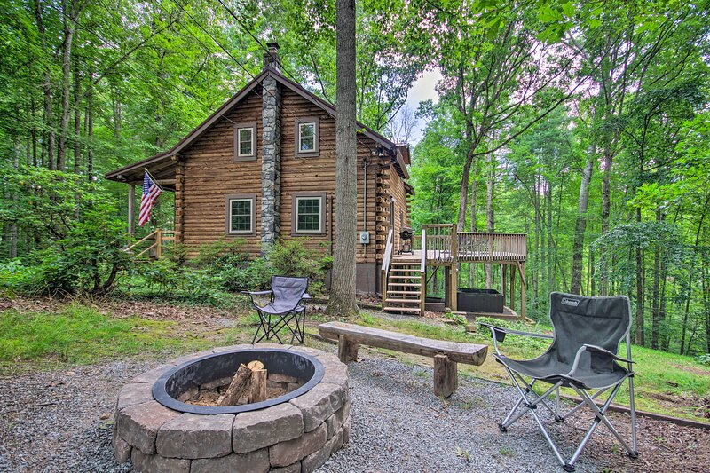 NEW! Cabin in the Woods: Deck, Game Room, Hot Tub, casa vacanza a Weaverville
