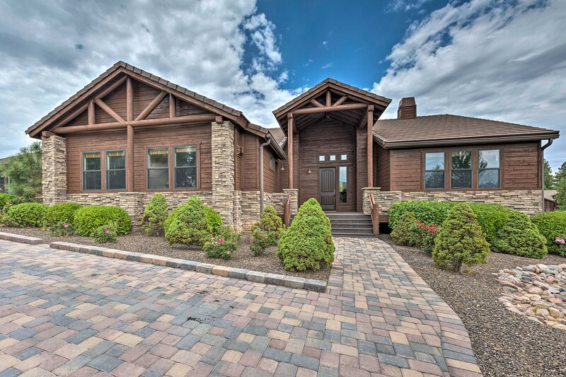 NEW! Updated Show Low Townhome w/ Balcony & Grill!, vacation rental in White Mountain Lake