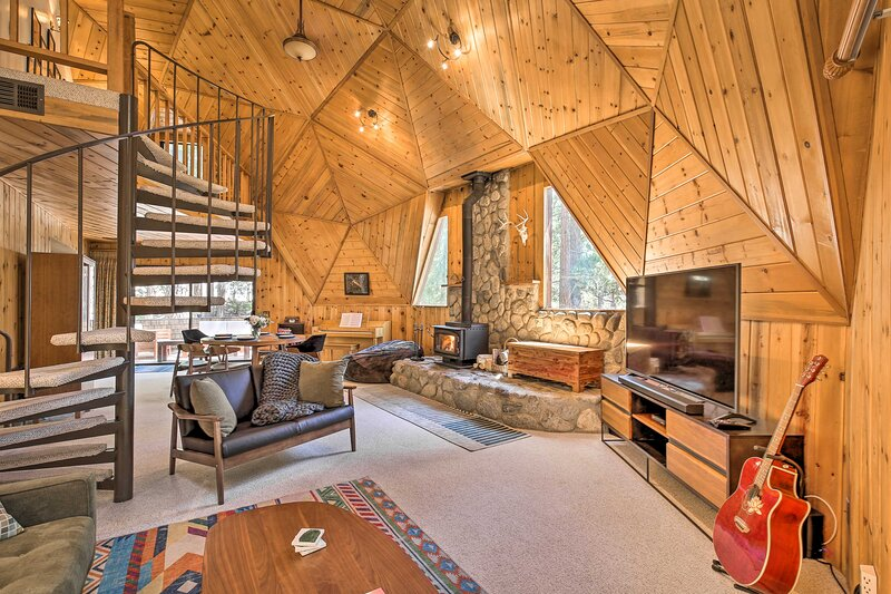 NEW! Sunny Forest Hideaway w/ Hot Tub & Game Room!, location de vacances à Pine Cove