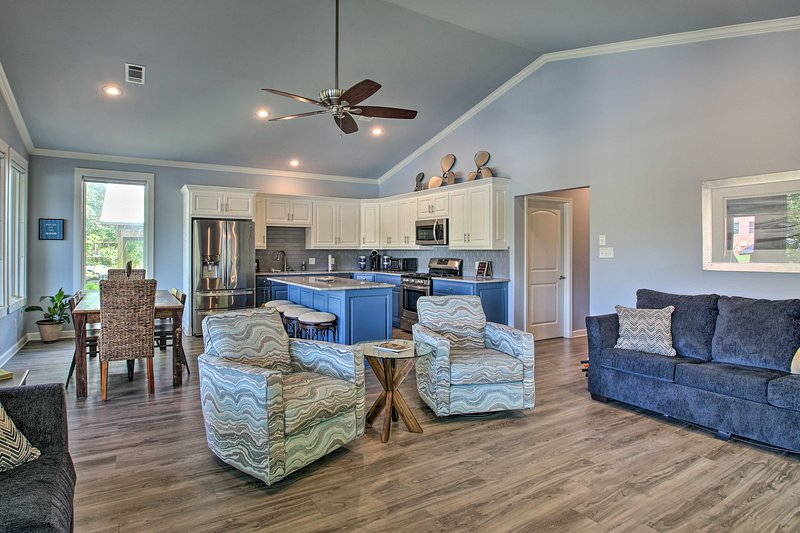 Lakefront Home w/Outdoor Living Area, Kayaks, Dock, holiday rental in Pearcy