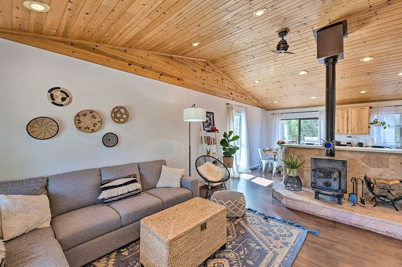 NEW! Chic Show Low Escape w/Fire Pit: Hike & Fish!, vacation rental in White Mountain Lake