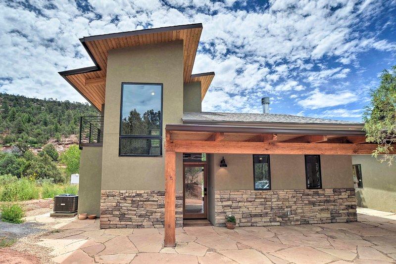 NEW! Bright & Modern Desert Home 17 Mi to Santa Fe, vacation rental in Rowe