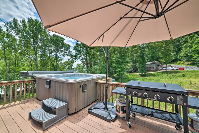 Rest-Ashored; Lakefront Home w/ Private Dock!, holiday rental in Kuttawa