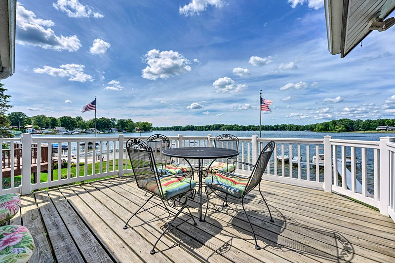 NEW! Lakehouse w/ View, Dock, Sunroom + 2 Decks!, holiday rental in Gobles