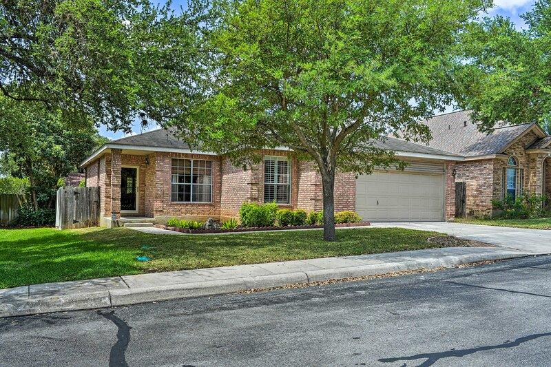 NEW! Upscale San Antonio Home w/Screened-In Porch!, holiday rental in Schertz