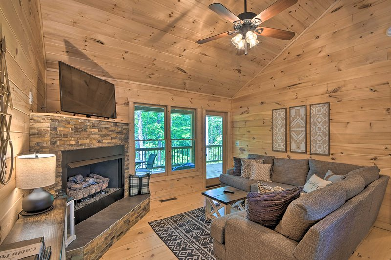NEW! Blue Ridge Hideaway w/Fire Pit, 1 Mi to Lake!, vacation rental in Gilmer County