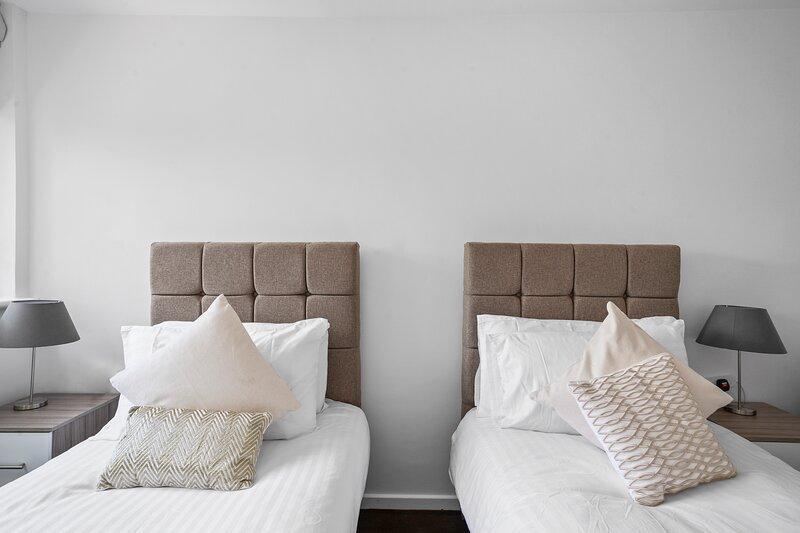Gatewick Duplex Serviced Apartment with 3 Bedrooms, up to 5 beds, Ferienwohnung in Denham