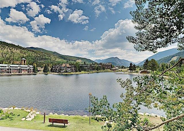 Lakefront Ski Condo w/ Balcony & Grill – On-Site Pool, Hot Tubs & Sauna, location de vacances à Dillon