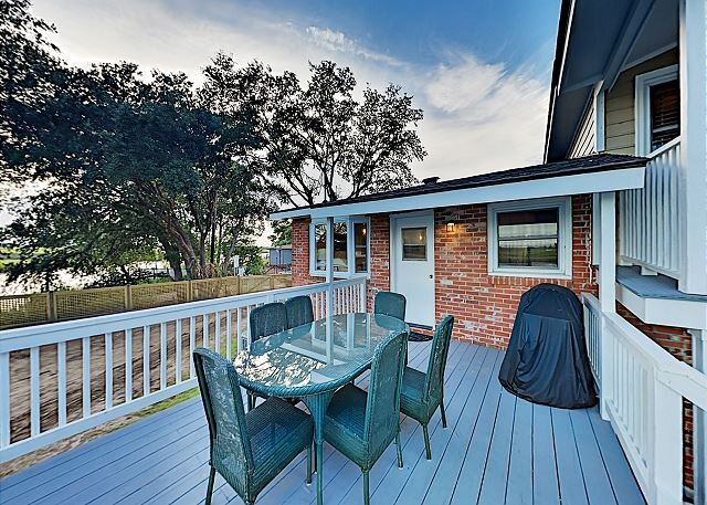 Updated Riverfront Hideaway w/ Brand-New Private Dock, Garage & Gas Grill, vacation rental in Drayton
