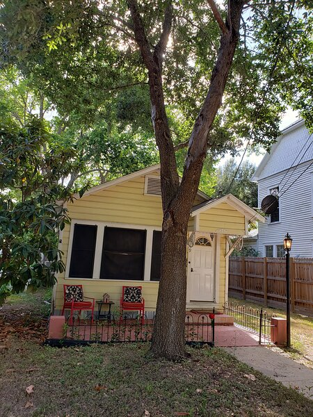 Cottage in Historic Downtown Gonzales, holiday rental in Gonzales