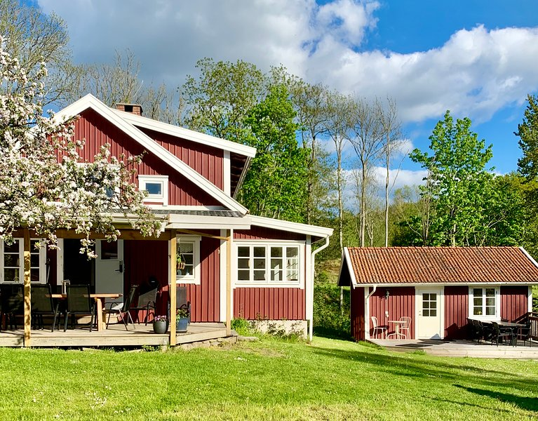 Cosy cottage with guesthouse and seaview , 4 bedrooms, 10 people maximun – semesterbostad i Västra Götalands län
