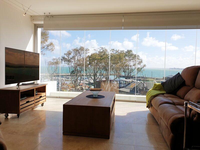 24 Gordonia-Prime location, Awesome Views, sleeps 5 in Spacious Apartment!, location de vacances à Gordon's Bay