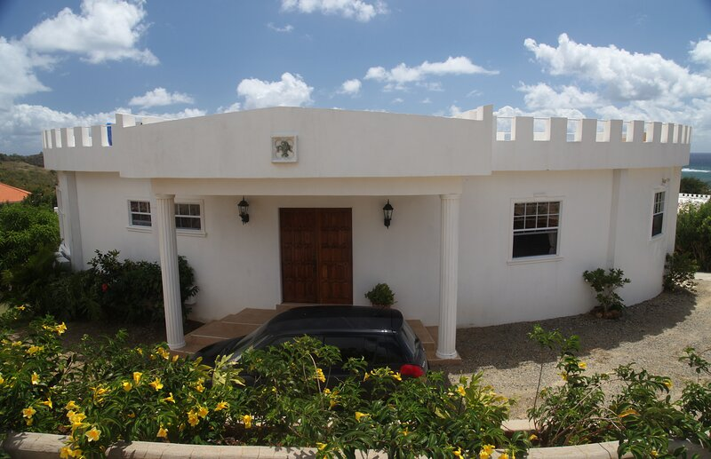 3 Bedroom luxury villa with own pool, holiday rental in Vieux Fort Quarter