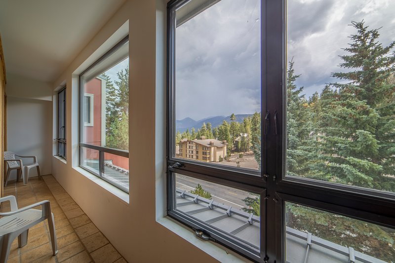 Enclosed Sundeck with Mountain Views!