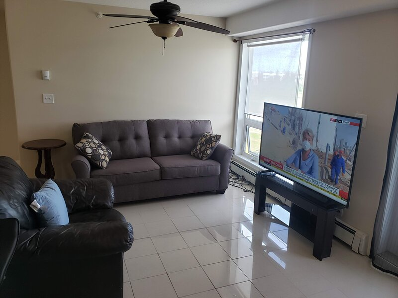 Luxurious Apartment with  Wi-Fi and Private Bathroom, holiday rental in Fort McMurray