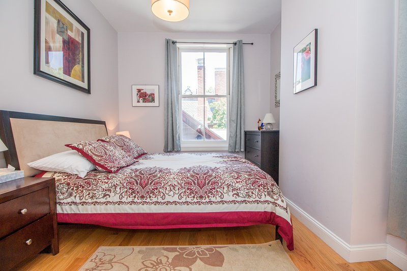 Heart of Brookline Village, 3rd Floor Furnished 2 Bed. Close to Longwood, Shops, vacation rental in Brookline
