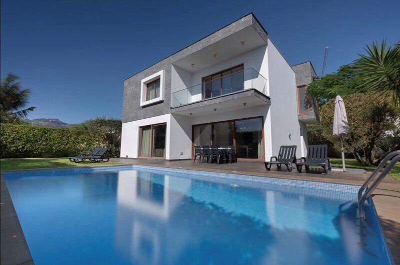 Villa Victoria with private heated pool, aluguéis de temporada em São Martinho