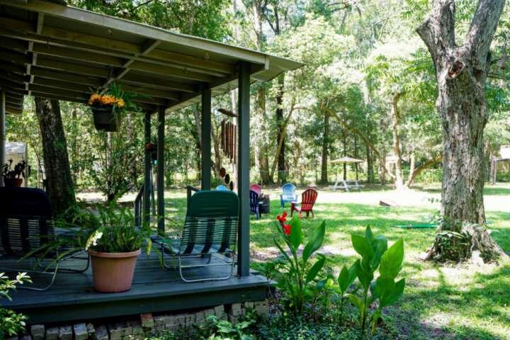Feel like camping in comfort 3/2 wooded 1 acre cozy home - close to dine,golf,sh, aluguéis de temporada em Orange Park