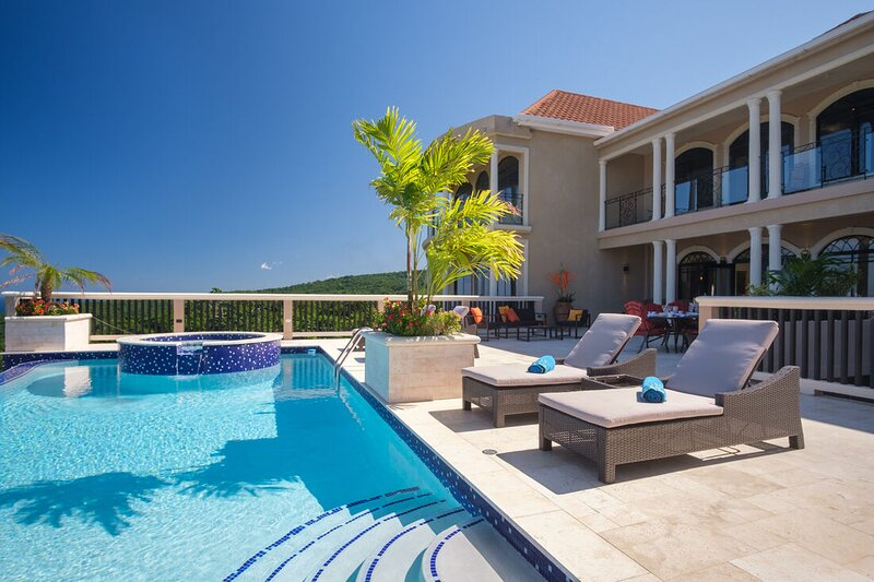 Grand Villa,Infinity Pool, Butler, Caribbean Sea View, 2 min to beach! Mimosa 3B, holiday rental in Discovery Bay