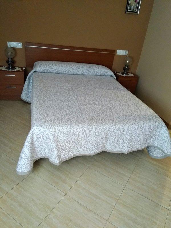 Dormitorio grande y exterior, con cama de 1,35 y armario empotrado!