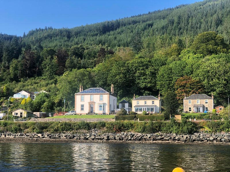 Ardmun House, stunning sea views from sun lounge, private enclosed garden., holiday rental in Rosneath