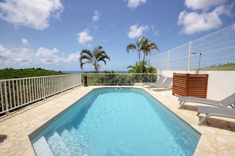 Villa Carib Turquoise, grande piscine, vue mer sur l'île de Sainte-Lucie au loin, vacation rental in Riviere-Salee