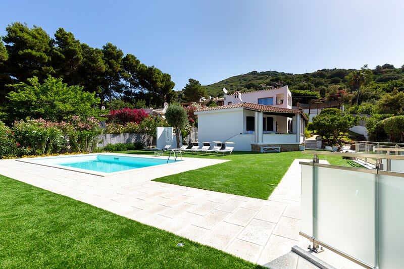 Exclusive villa with pool at 70 meters from a sandy beach !, holiday rental in Torre delle Stelle