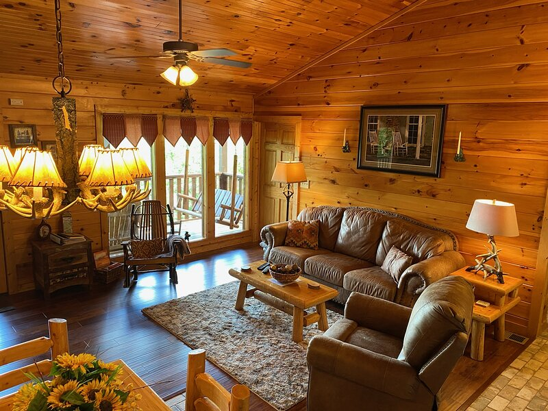 From $125... Lover's Lookout! Honeymoon+Luxury+Budget+ Private+Sm Family Too!, vacation rental in Gatlinburg
