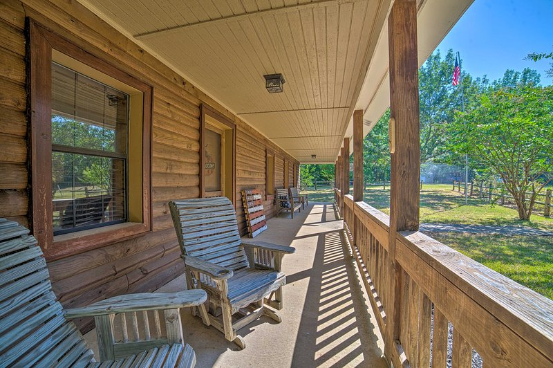 NEW! Peaceful Alabama Cabin on Secluded Acreage!, casa vacanza a Sheffield