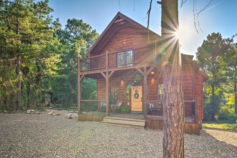 Luxury Forest Cabin ~3 Mi to Broken Bow Lake!, vacation rental in Hochatown