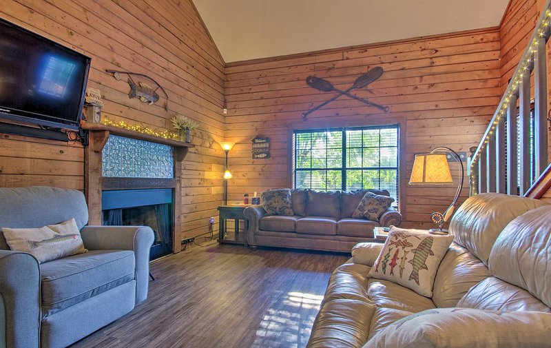NEW! Charming Branson Getaway w/ Fireplace & Porch, vacation rental in Point Lookout