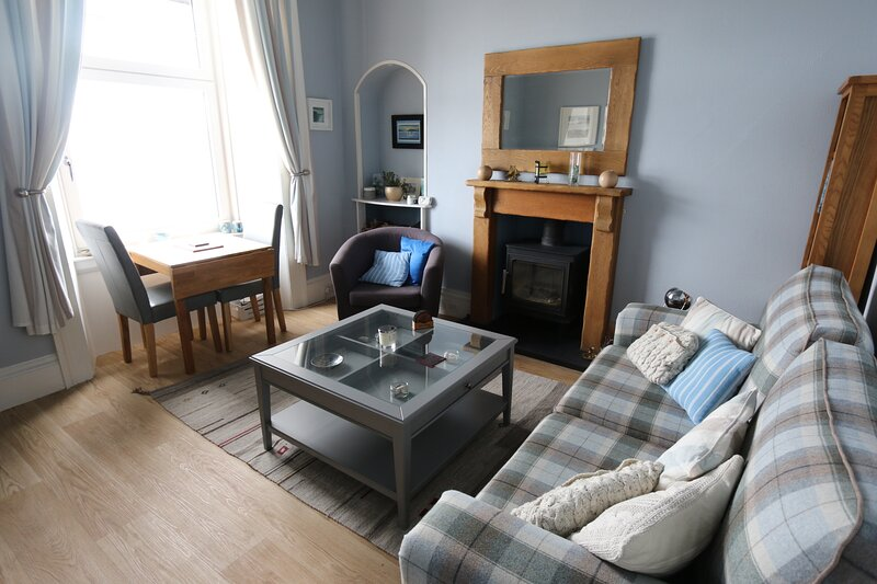 Superb sea views. Cosy, clean and tastefully decorated. King bed, comfort for 2., casa vacanza a Wemyss Bay