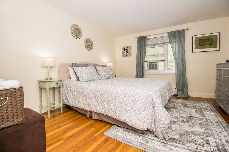 Spacious, 1-Bedroom Close to Longwood Medical, Jamaica Pond and Boston, location de vacances à Needham