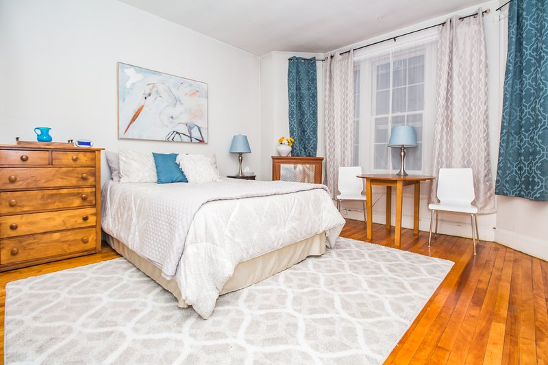Spacious Furnished Studio in Brownstone, incredible Coolidge Corner location, vacation rental in Brookline