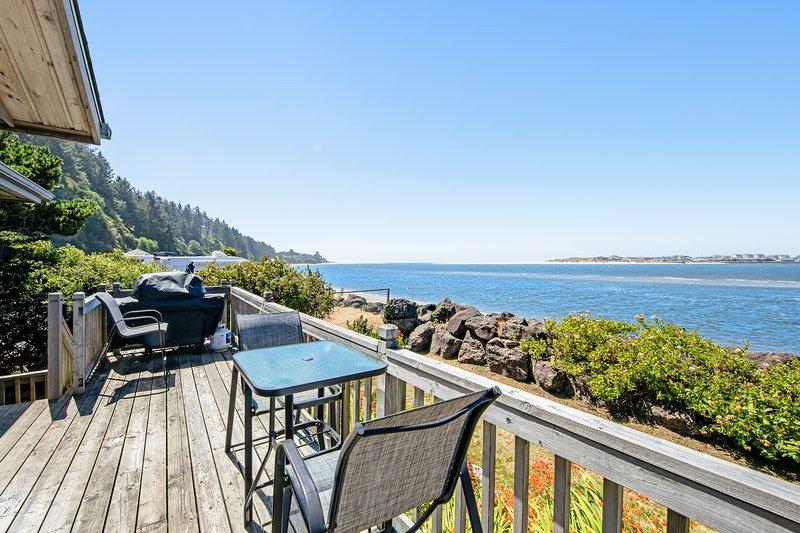 Pet-friendly, waterfront family home with beach access!, location de vacances à Waldport