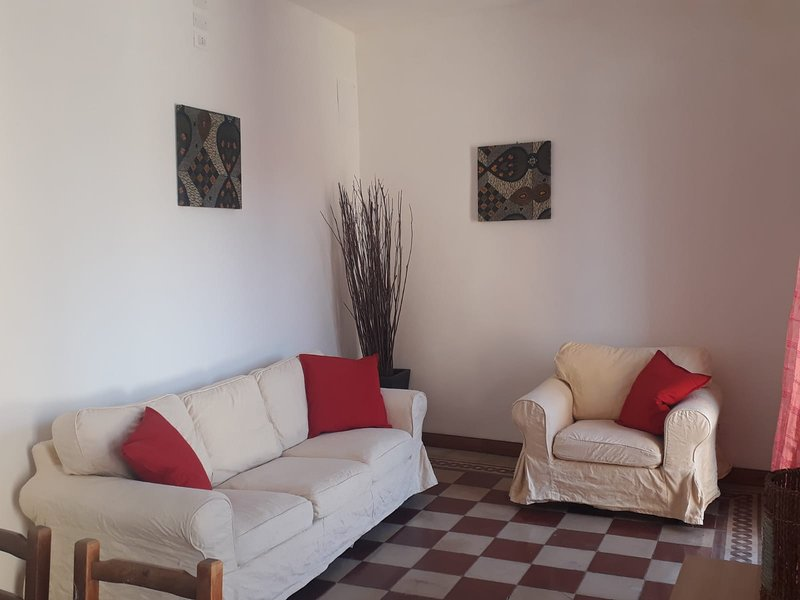 Sunny house overlooking the piazza in one of the prettiest villages in Italy, alquiler vacacional en Bugnara