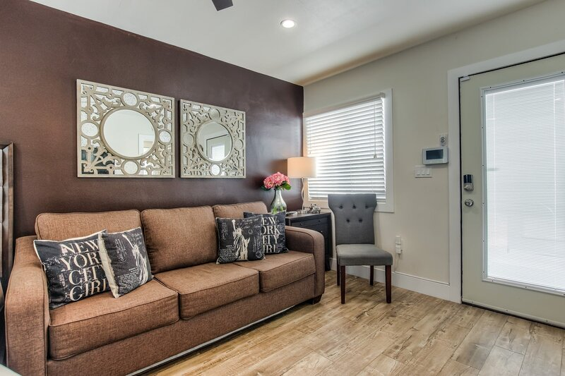 Wifi ☕ Convention Center Close | King Bed, holiday rental in Lakewood
