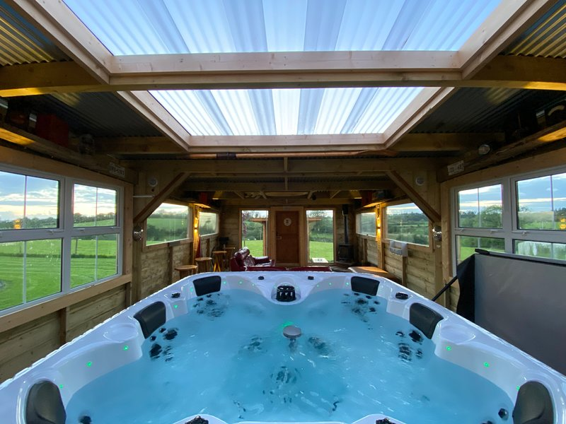 Sleeps 12 / hot tub / Cinema / Dog Friendjy, alquiler de vacaciones en Enniskillen