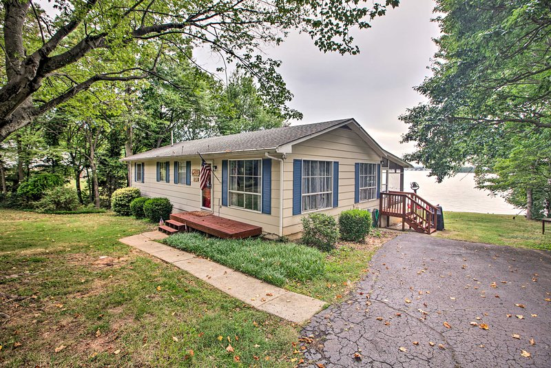 NEW! Lakefront Living w/ Dock, Fire Pit & Sunroom!, holiday rental in Pittsville