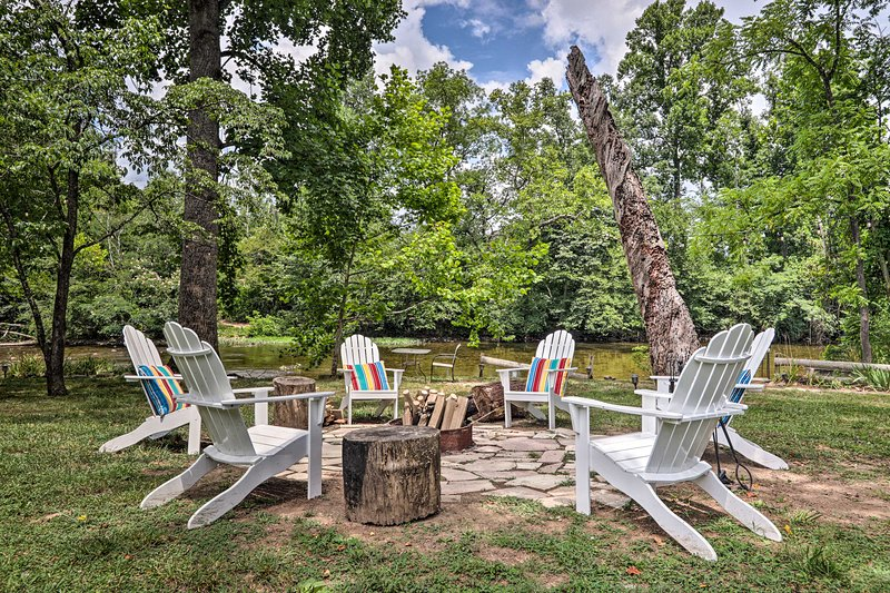 NEW! Outdoorsmen's Paradise on River w/ Fire Pit!, vacation rental in Townsend